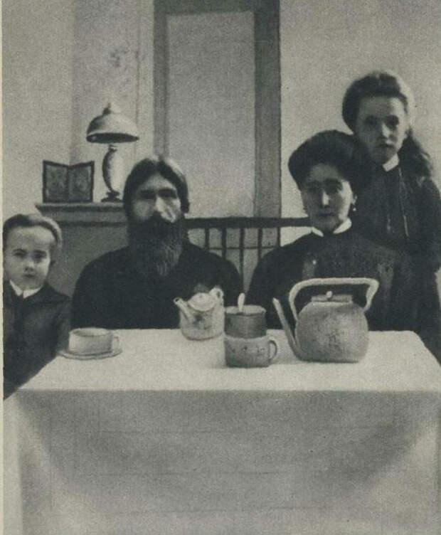 Распутин пьет чай с царской семьей