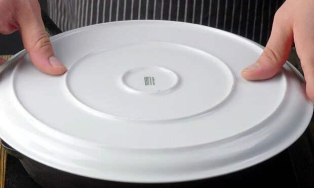 Накрываем сковородку тарелкой и переворачиваем