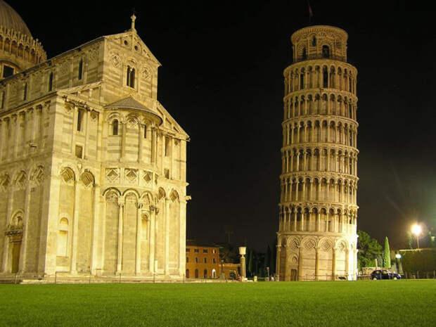 Пизанская башня ночью