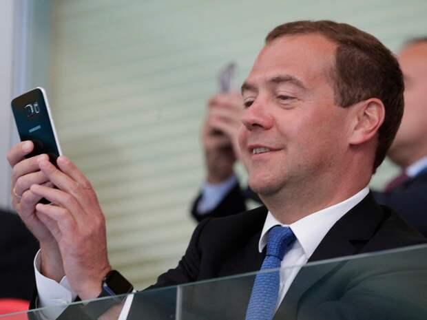 Дмитрий Анатольевич стал обладателем одного из последних «яблочных» новшеств - смарт-часов Apple Watch Sport