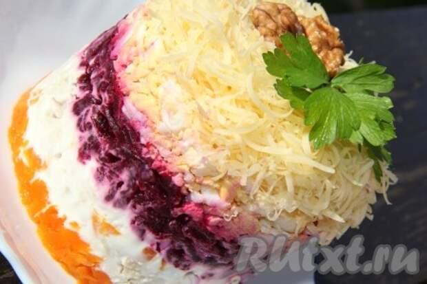 Затем аккуратно снимаем бортики и подаём к столу вкусный, эффектный салат с вареной куриной грудкой, украсив его свежей зеленью.