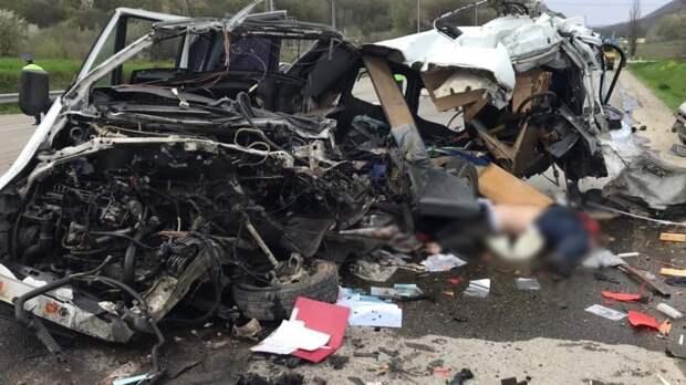 Водитель микроавтобуса погиб после лобового столкновения с фурой на Кубани