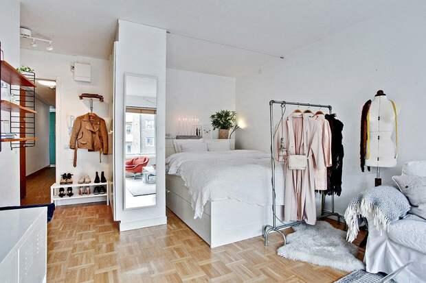 Шкаф используется в роли перегородки между прихожей и спальной зоной