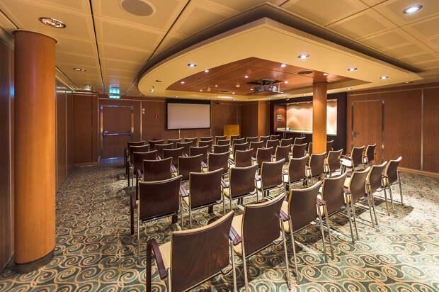 Конференц залов много: от огромных до небольших. Можно провести деловую встречу прямо на борту: еда, лайнер, море