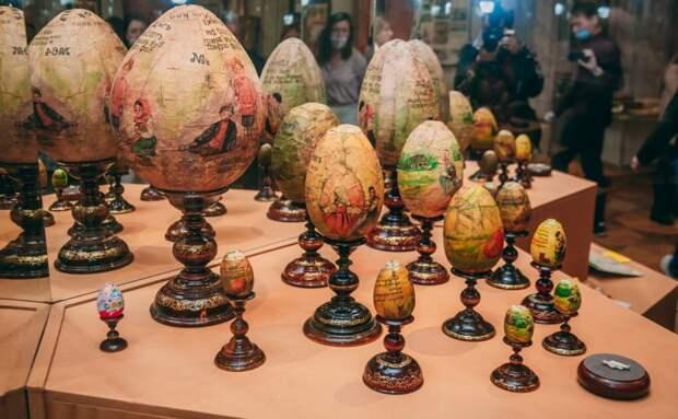 Внутри дореволюционных шоколадных яиц - игрушки и книги / Фото: Татьяна Белоножкина