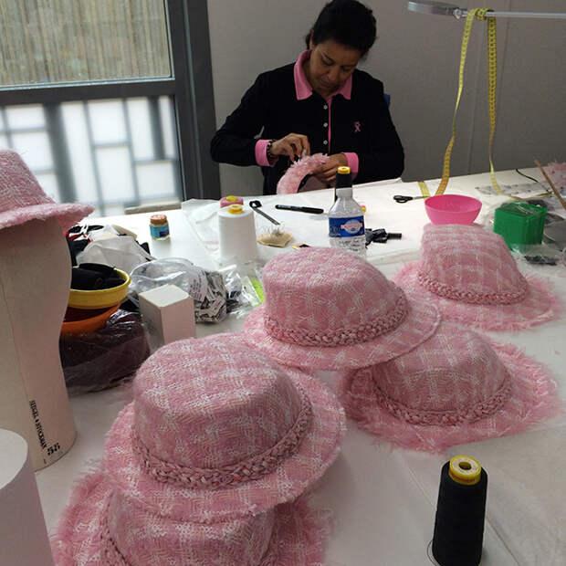 Заключительный этап работы над шляпами для осенне-зимней коллекции Chanel 2014/15