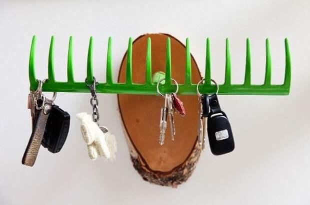 А еще из них можно сделать место для хранения ключей. грабли, идея