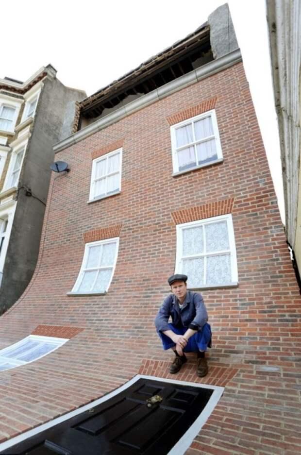 Автор проекта потратил больше года, чтобы сюрреалистичный фасад появился на доме, идущем под снос (Alex Chinneck, Магрит).   Фото: cfileonline.org.