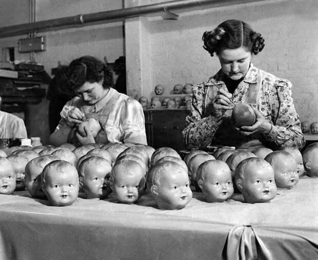 Куклы разукрашивались вручную.