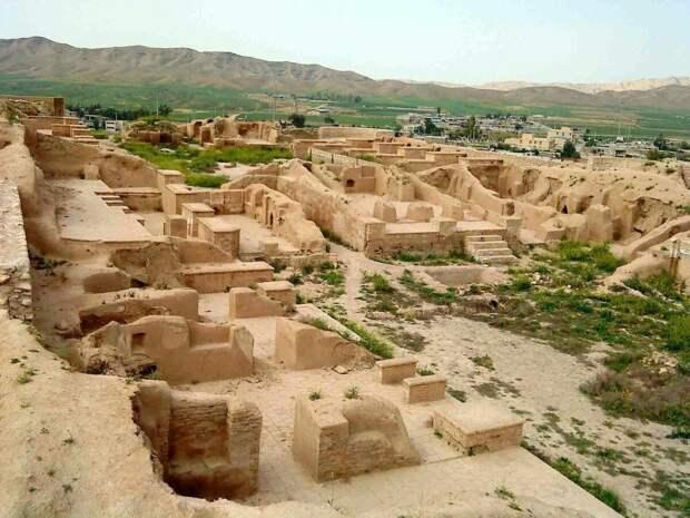 Раскопки древних строений в Сузах. Современное фото