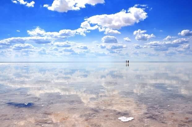 Так выглядит озеро Эльтон летом,  когда его глубина не поднимается выше 7 см.