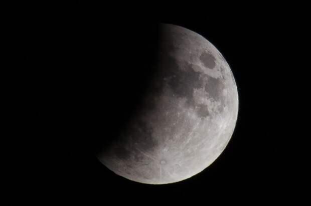 Половина Луны исчезнет: россияне увидят «волчье» затмение спутника Земли