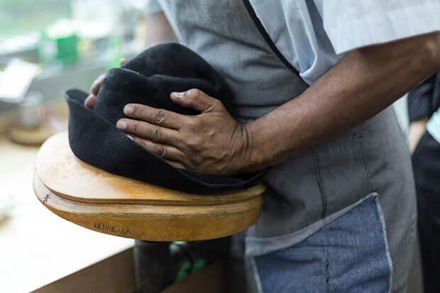 Шарифф Хисонд растягивает шляпу на деревянной болванке © lejournalflou.com
