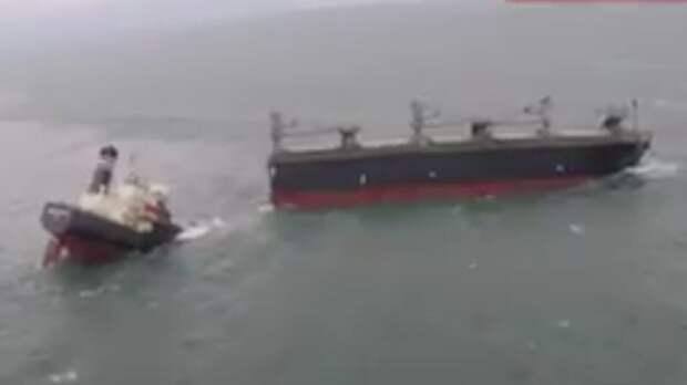 У берегов Японии раскололось надвое грузовое судно