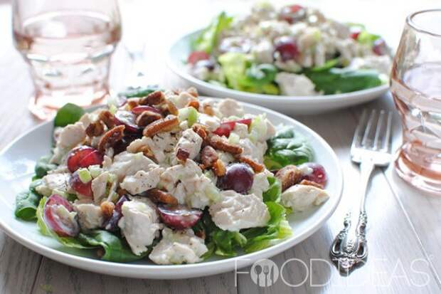 Греческий салат с курицей и йогуртом