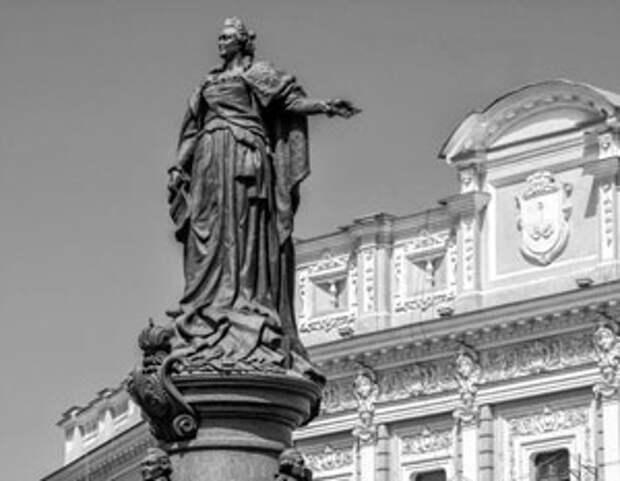 Памятник Екатерине Великой сперва сломали большевики, а теперь требуют снести националисты