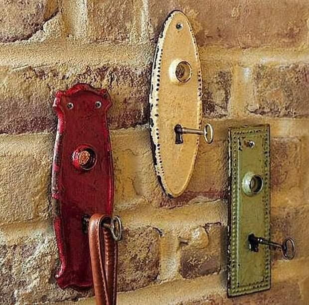 Креативная вешалка из старинных замочных скважин.