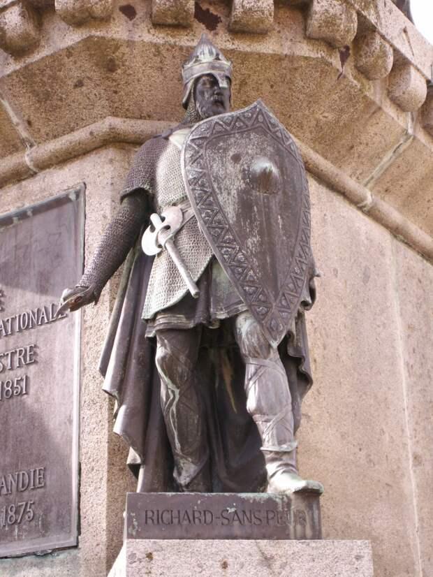 Ричард Бесстрашный, герцог Нормандский, одна из статуй памятника 6 герцогам Нормандии в сквере в Фалезе.