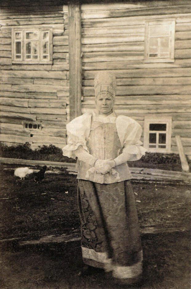 Женщина в праздничном костюме, начало XXв. Архангельская губерния