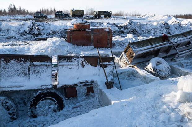 Вполне реальная ситуация: машина провалилась под лед, температура -45.