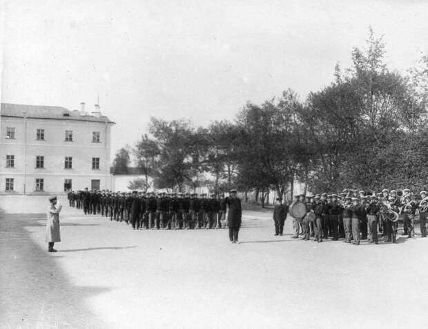 10. Военные занятия воспитанников перед зданием института