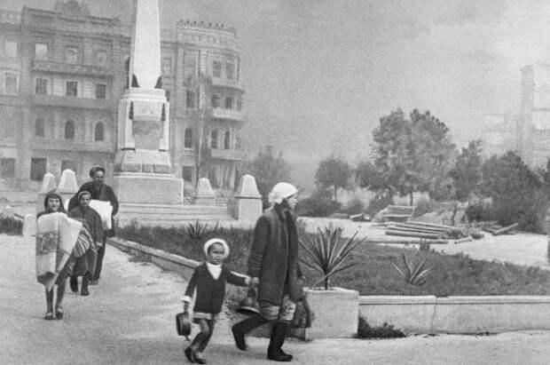 ID: 10632273 Описание: Советский Союз. Сталинград. Жители покидают город, 1942 год. Эммануил Евзерихин/Фотохроника ТАСС
