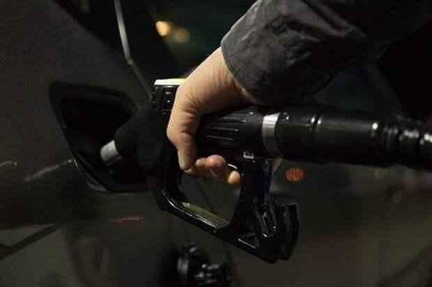 Автоэксперт Рязанов сообщил о вреде заправки машины «под завязку»