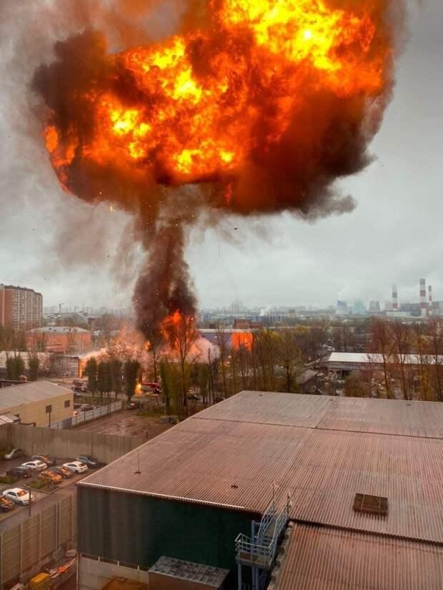 На улице Газопровод горит и взрывается газ - люди в шоке