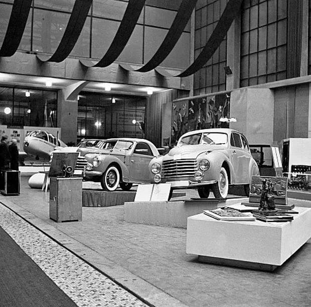 Подарок Сталину – Aero Minor II на выставке в Праге. На заднем плане – подарочные Skoda и Tatra.