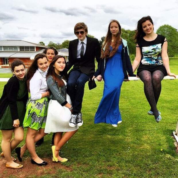 Дети Порошенко в Британии снялись для школьного альбома. Фото 3