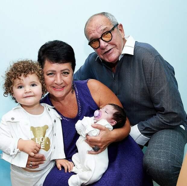 На фото - Эммануил Виторган с женой Ириной и дочками. Виторгану 79, его супруге 58, дочке Этель чуть больше года, другой дочке Кларе несколько месяцев.