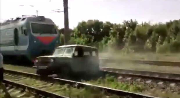 Вылазь, Эльдар! - водитель до последнего спасает «уазик» от столкновения с поездом