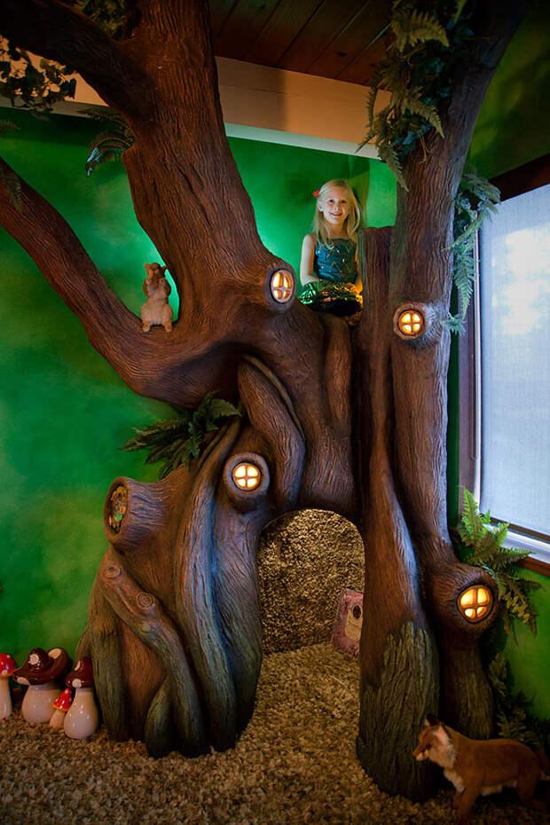 А вот и счастливая дочь! Дерево настолько прочное, что может выдержать трех взрослых!  дерево, дочь, отец, спальня