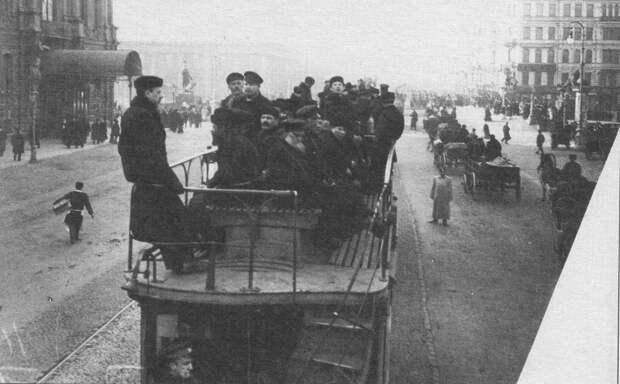 Прогулка по Дворцовой набережной.Фотограф К.Булла. 1910 г.