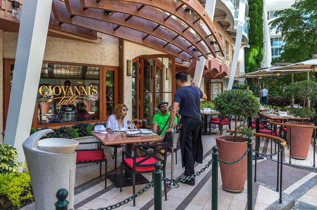 Есть и дорогие рестораны, например итальянский Giovanni's: еда, лайнер, море