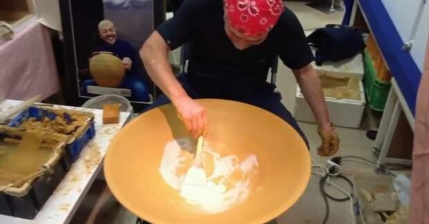 За 4 минуты этот мастер превращает кусок сырой глины в настоящее произведение искусства!