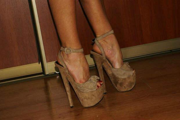 Вызывающая обувь на каблуке и платформе.