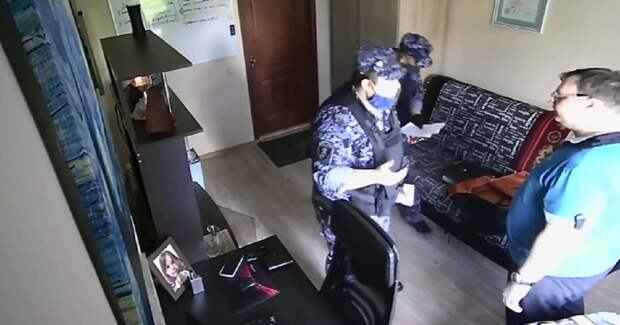 """Фото Росгвардейцы пришли домой к москвичу и угрожали """"подкинуть наркоту"""""""