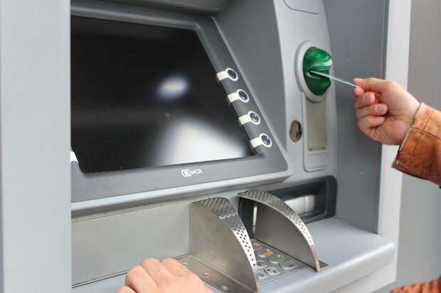 Эксперт предупредил о риске возврата снятых в банкомате денег