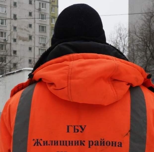 «Жилищник» очистил фасад дома в Хорошевке