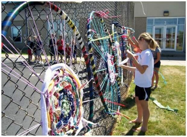 Такой забор - простор для детского творчества Фабрика идей, дача, забор, сетка Рабица, украшение