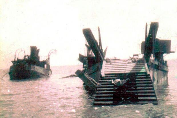 Советские десантные баржи и боты в Цемесской бухте Новороссийска. Сентябрь 1943г.