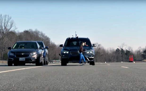 Это провал: BMW X1 сбил всех пешеходов (на тесте)