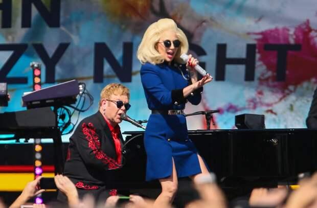 Элтон Джон и Леди Гага спели вместе на городской парковке