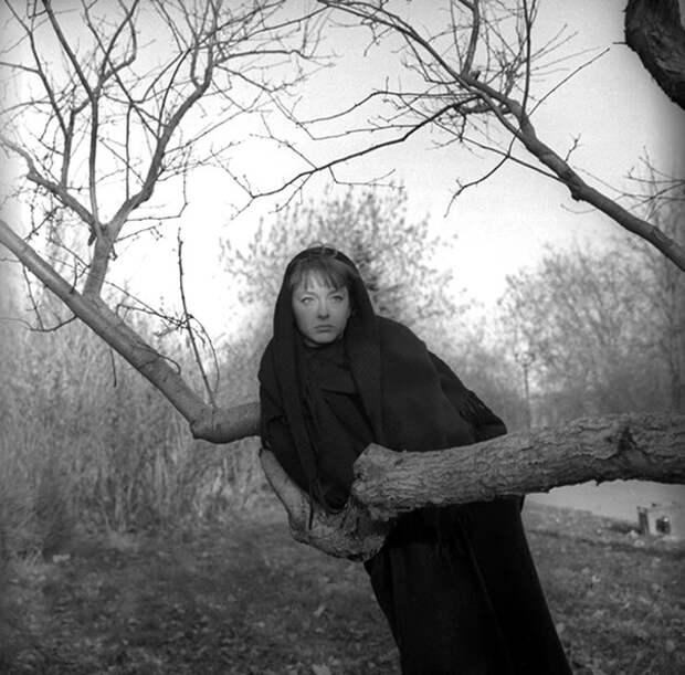 Анастасия Вертинская на лесной прогулке с псом.