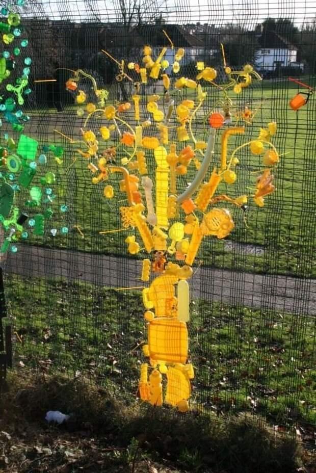 Еще всякий мусор, подобранный в цвет и вот уже дерево Фабрика идей, дача, забор, сетка Рабица, украшение