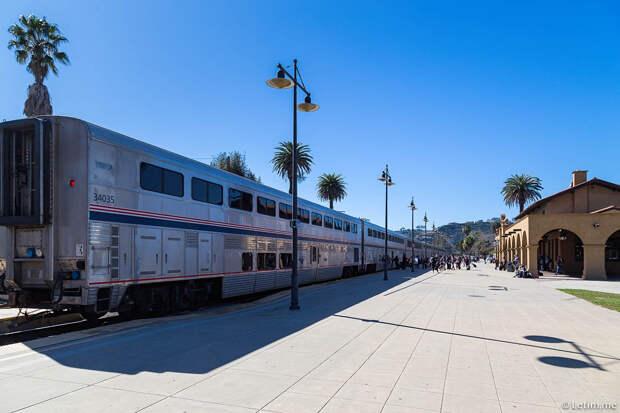 Железнодорожный пассажирский состав на станции в Санта-Барбаре. Калифорния.
