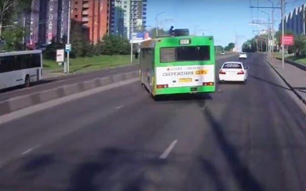 Итры в «шашечки» с маршрутным автобусом. Без аварии не обошлось!