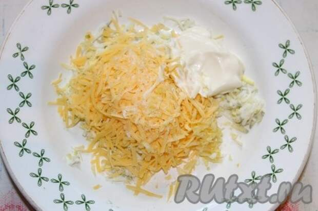 Для начинки: яйца, сыр и чеснок натереть на мелкой терке, посолить и заправить майонезом (масса не должна быть жидкой, то есть ее свободно можно взять в руку и слепить шарик).