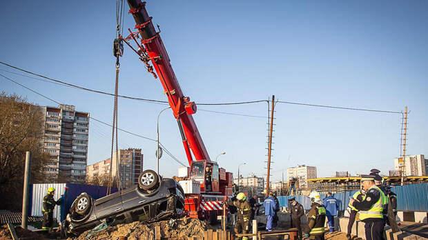 Автомобиль съехал в котлован в Москве, водитель погиб